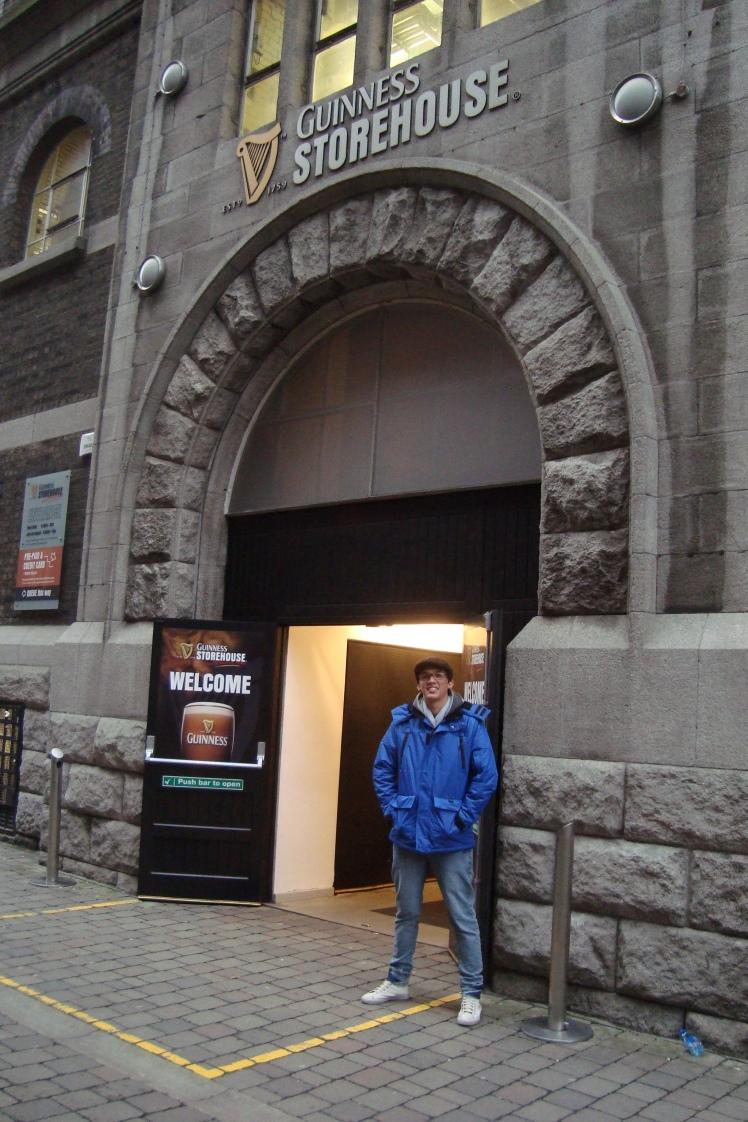 Em frente a entrada
