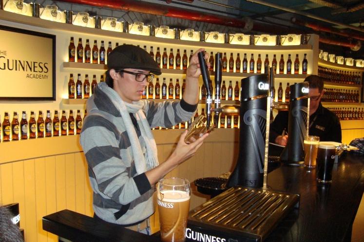 Aprendendo a servir um perfeito pint de Guinness.