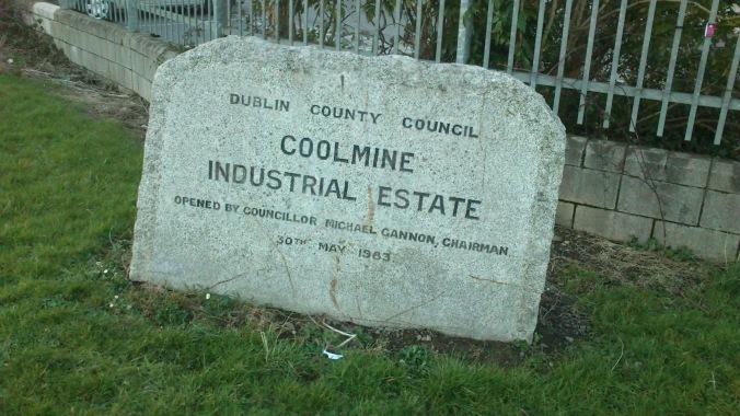 Aqui perto de onde estou as ruas tem essa pedra com o nome.