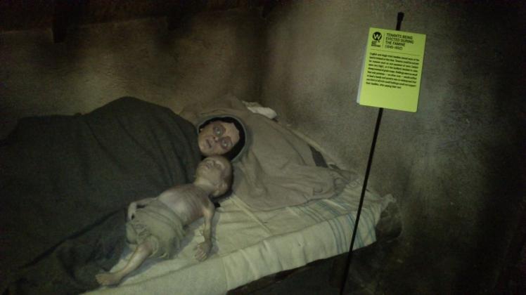 Esse mulher e o bebê retratavam o The Faming, onde 1 milhão de irlandeses morreram de fome.