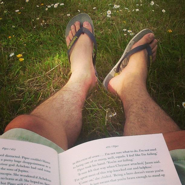 Lendo na grama, de shorts e de Havaianas. Ah, o verão.