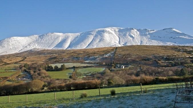Frio, dia claro e neve nas montanhas.