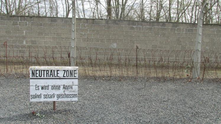 Caso um prisioneiro cruzasse aqui, algum guarda atiraria nele pra matar. Muitos se matavam assim, apenas cruzando a linha.