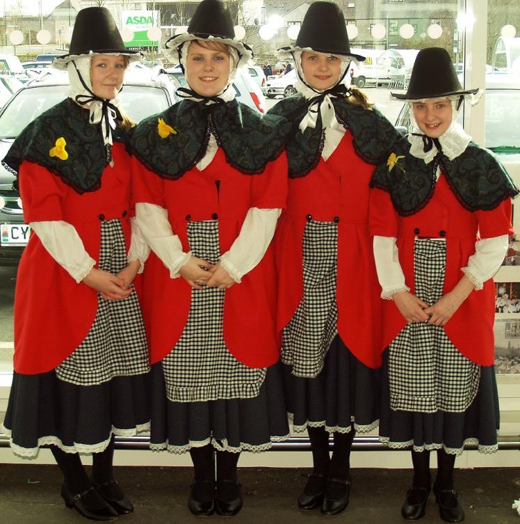 Galesas vestidas com a vestimenta nacional